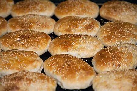 鸭油芝麻烧饼,顾名思义就是用鸭油替代猪油,油香味没有那么浓郁。