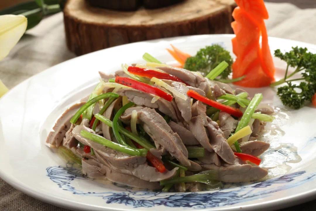 """所谓""""美人肝""""是指鸭子的胰脏,南京的土语叫""""胰子白"""",一直鸭子只有一小块胰白,做一小盘得四五十只鸭子。"""