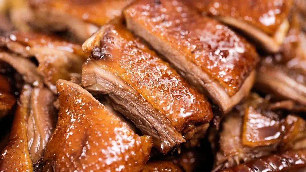 南京的酱鸭尤以酱鸭头出名,鸭头早已在酱汁中浸润多时,十分入味,细嫩的鸭脑和下颚细肉都软化到一嗦即可入口。